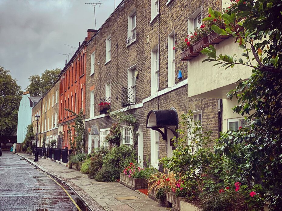 Staying at Louise House means living in a chic area with quintessential London style, all within an easy 2 minute walk ️ . . . london cityliving student studentlife studentliving